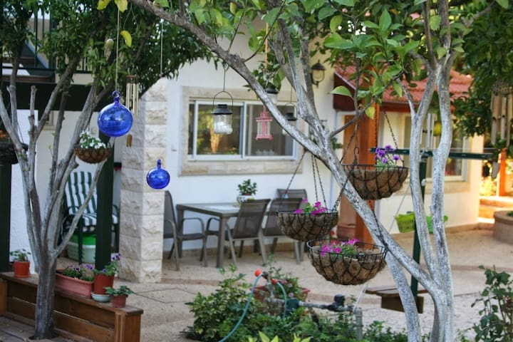 Charming country cottage + garden - Shorashim - Apartamento