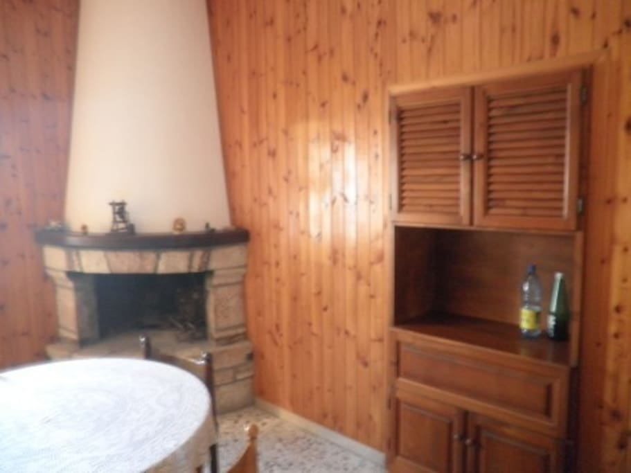 Salone interno con caminetto.