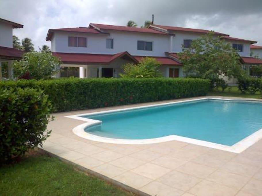 maison vue de la piscine