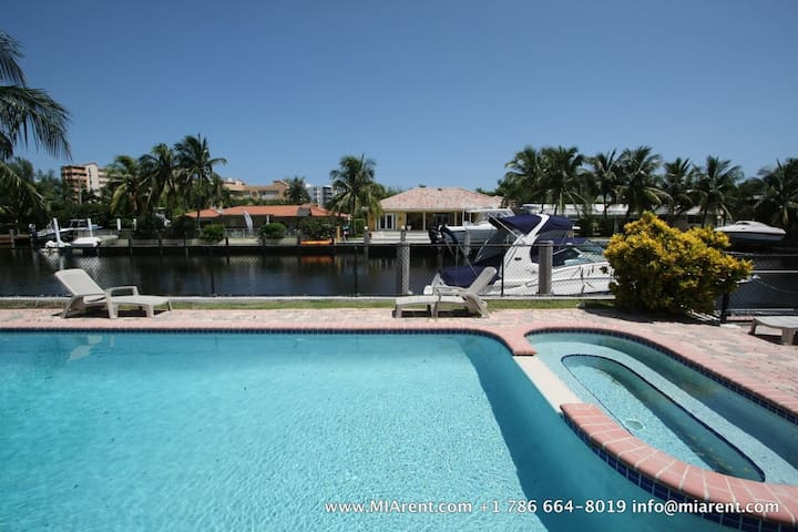Waterfront Gated Pool 4bed/3bath  C
