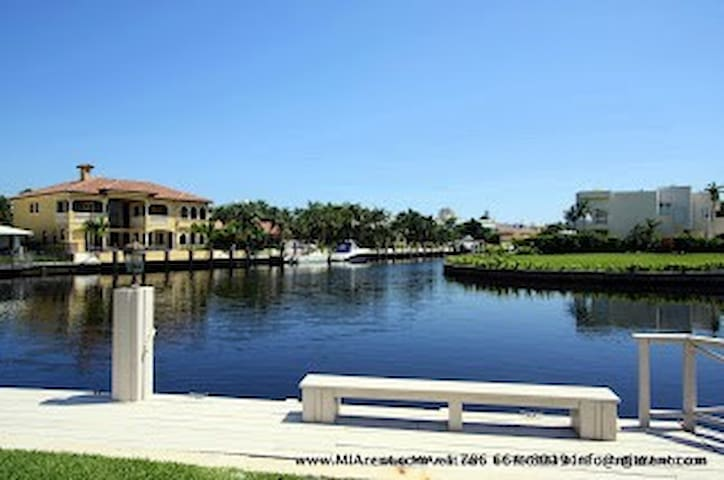 Waterfront Pool Gated 4bed/3bath  M