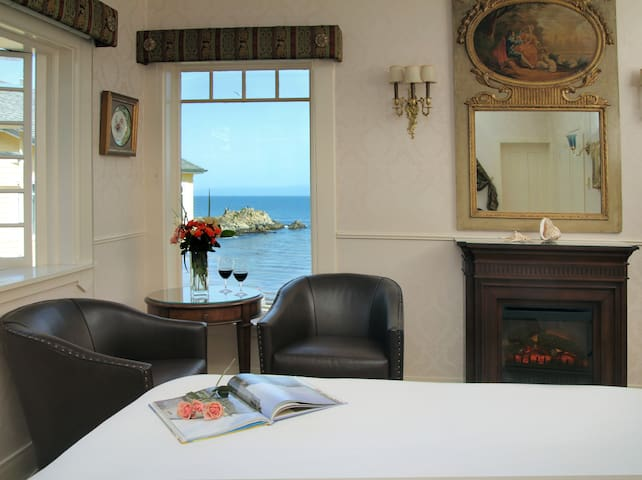 Lover's Point Room-Seven Gables Full Service Inn