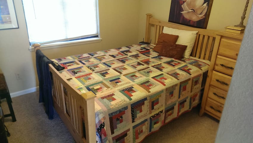 Nice Room Centrally Located - Englewood - House