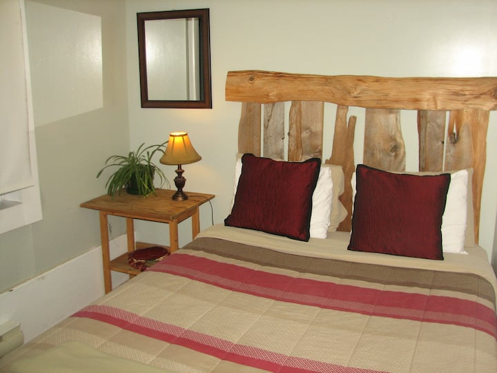 Cedar Room - Cozy Room Right In Down Town Tofino !