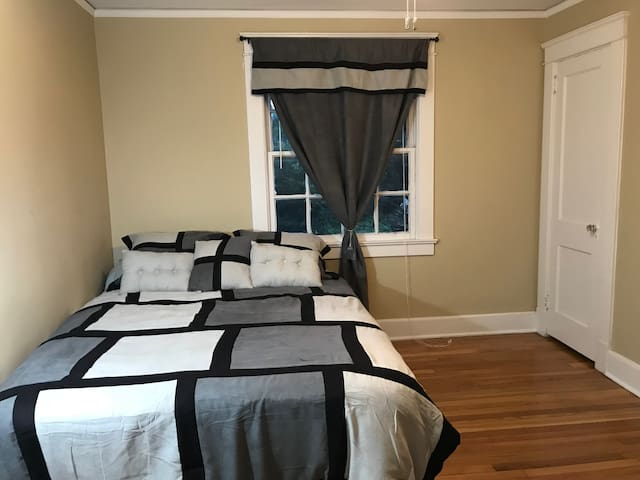 Large Quiet Bedroom with WiFi - Near Downtown