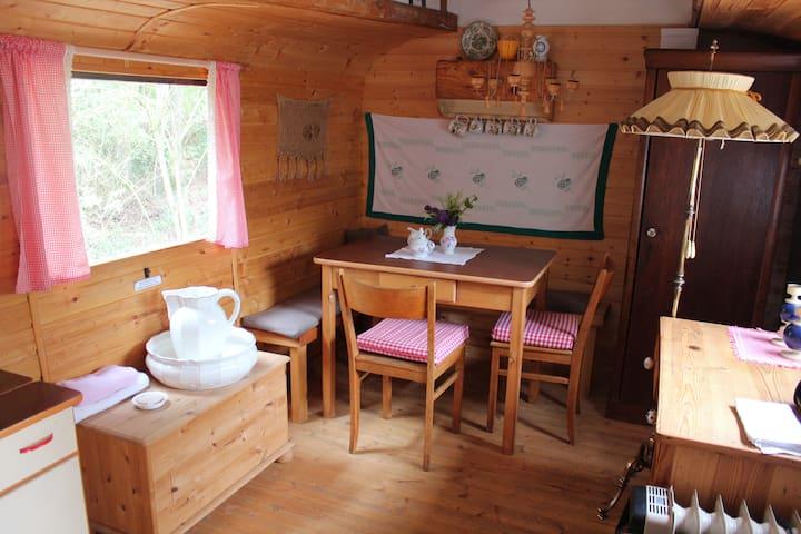 Die Sitzecke mit dem Geschirrschrank und Waschgelegenheit.