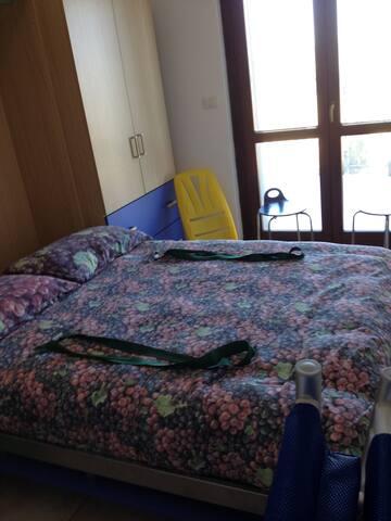 Camera con letto matrimoniale a scomparsa