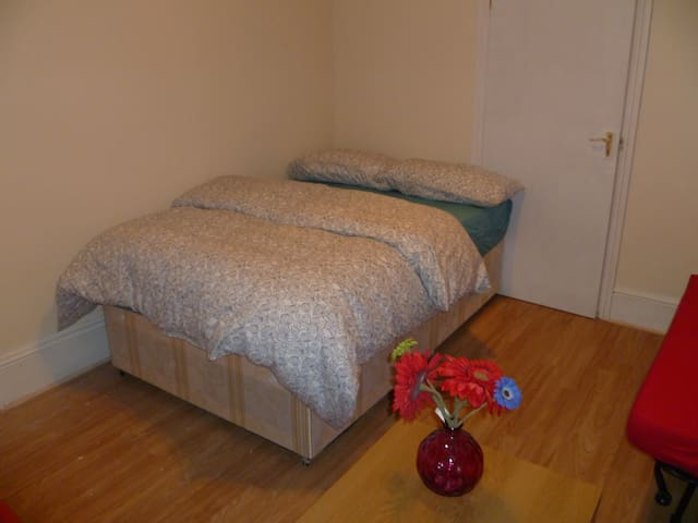 LONDON NOBLE STUDIO, SLEEPS 2-4, CLOSE TO CITY.