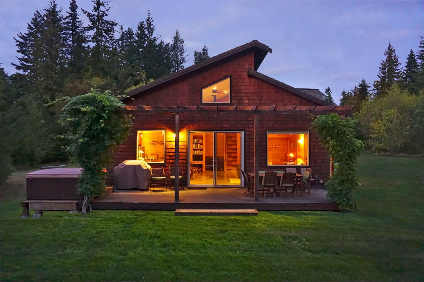 THE COMPASS ROSE House with Hot Tub & Olympic Mountain Views