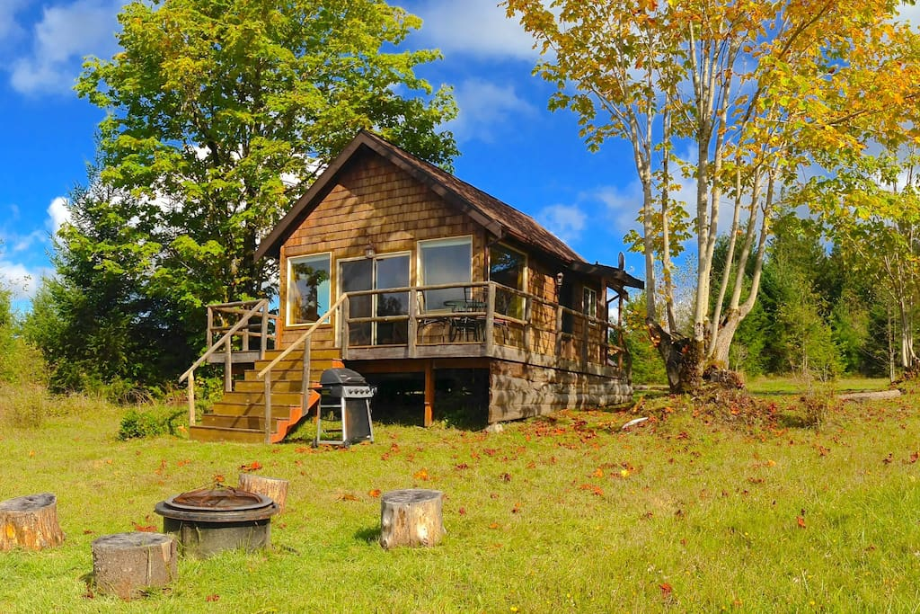Winter, Spring, Summer, Fall, the Pond Cottage has it all. Completely private but convenient to everything.