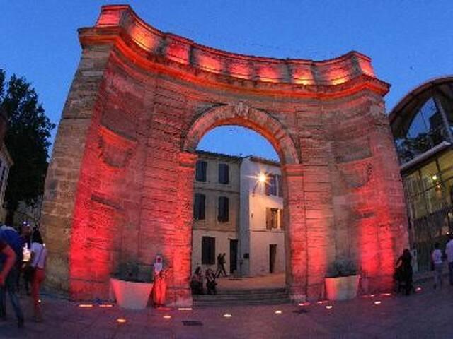 Studio, centre ville monument Porte d'Arles