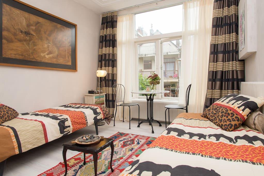 de kamer biedt plaats aan 2 personen / the room holds place for 2 people