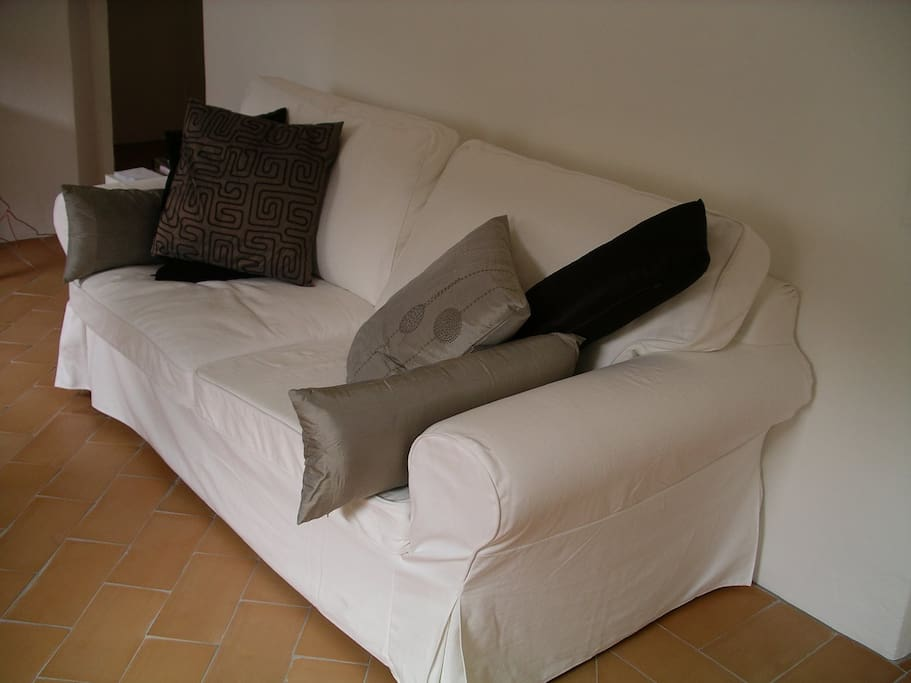 Sofa that can be pulled out to accomodate 2 people