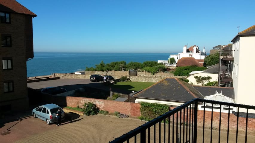 Beachfront 2 Bedroom Flat, Stunning Sea Views.