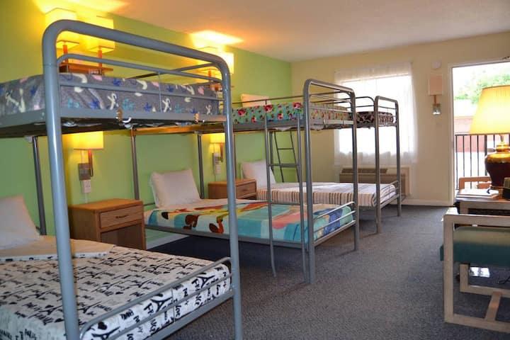 Cascades Inn Family/Group Dorm Room, w/breakfast! Near IU