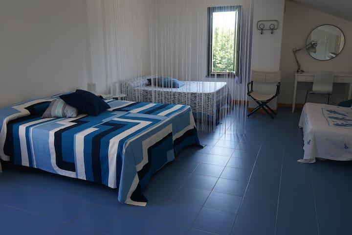 CAMERA 4: 2 letti matrimoniali/2 double beds 1 divano letto doppio/1 sofa 2 persone 1 letto singolo/1 single Bed 7 posti letto in tutto