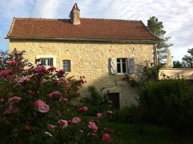 maison de caractère dans un beau village paisible - Loze - Huis