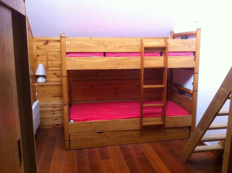 Chambre avec deux lits superposés et lit double en mezzanine