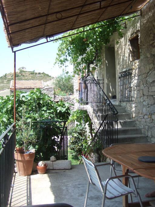 La terrasse avec pergola, avec entrée dans la cuisine