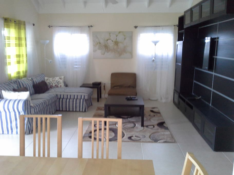 COMFORT HAVEN VILLA NO:2 LIVING ROOM WITH FLAT SCREEN TV