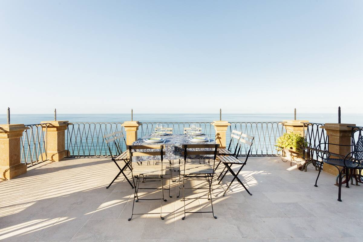 Distinguished Sea View Apartment in Villa Palamara