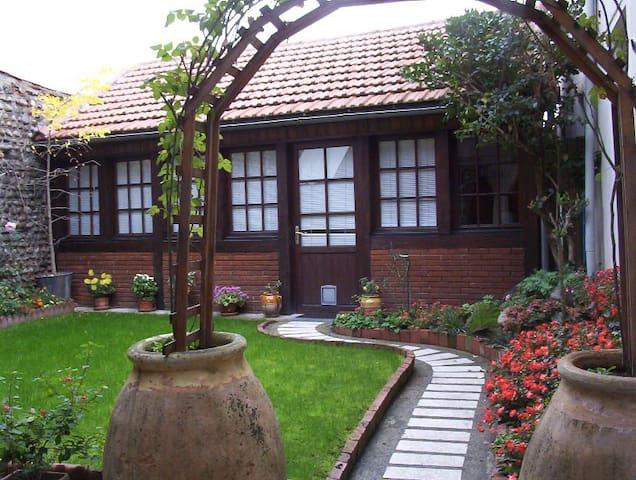 Tarbes: Studio dans cour du propriétaire