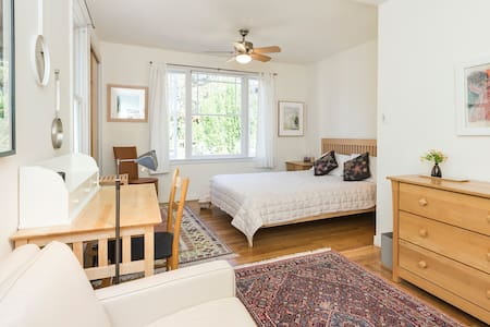 Bedroom in charming garden house - San Anselmo