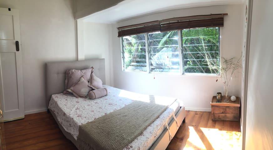 Contemporary and Charming Queenslander Cottage - Balmoral - Dům