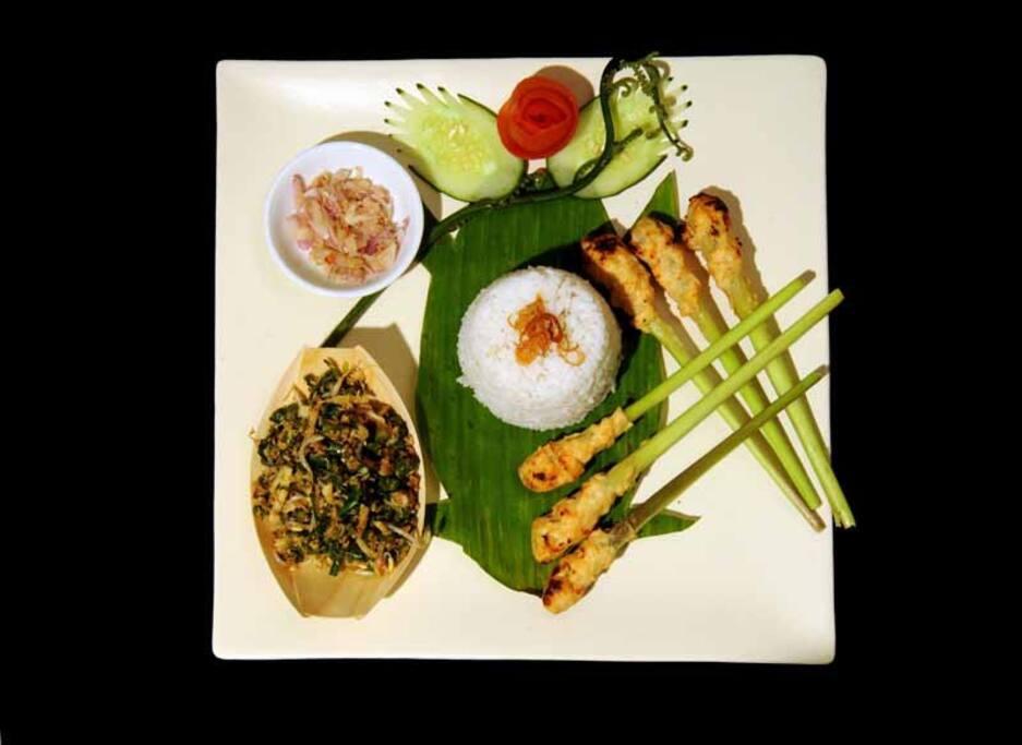 Sate Lilit - le fameux plat de brochettes de poulet sur tiges de citronnelle
