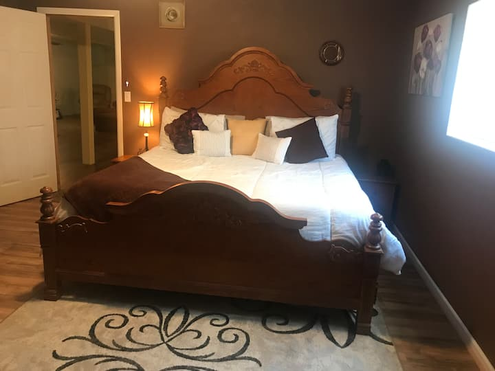 Private entrance king bed 1400 sqft to your self