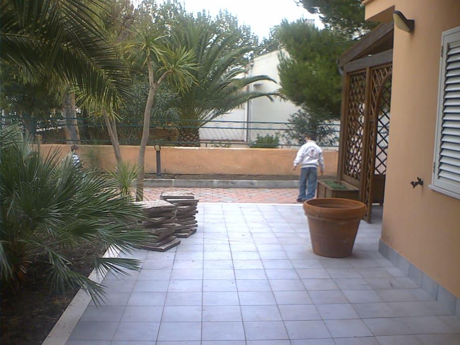 Villa a 2 piani con ampio giardino ville in affitto a for Piani artigiani con suite in suocera