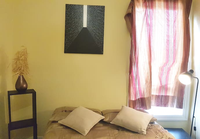 FEEL HOME  =)  Queen private bed in Brunswick!