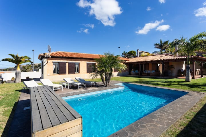 LUXURY VILLA ,PRIVATE HEATED POOL,