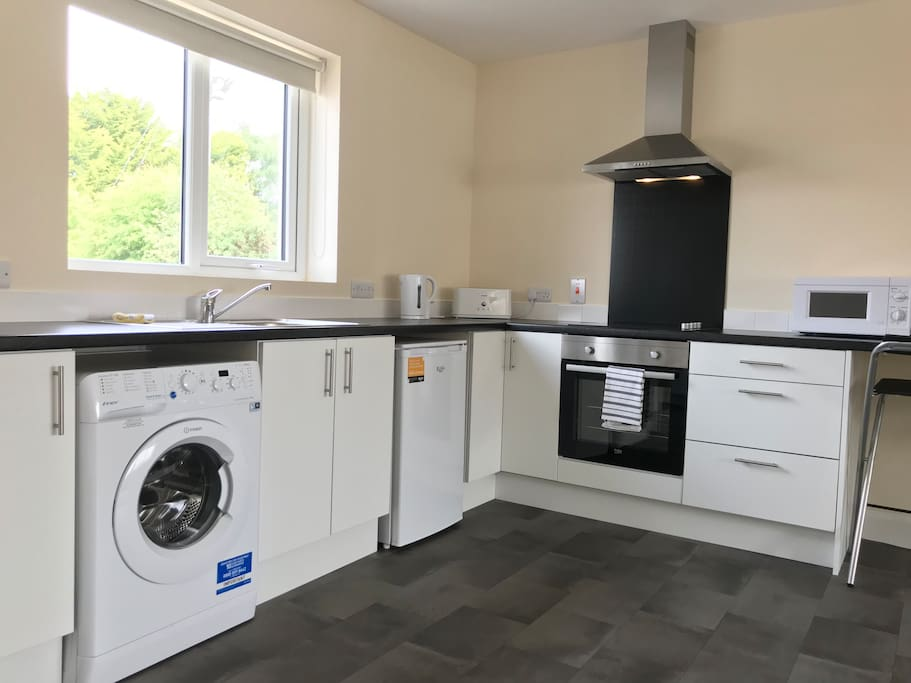 Kitchen Fully Fitted with Washing Machine, Cooker, Fridge, Microwave, Kettle & Toaster