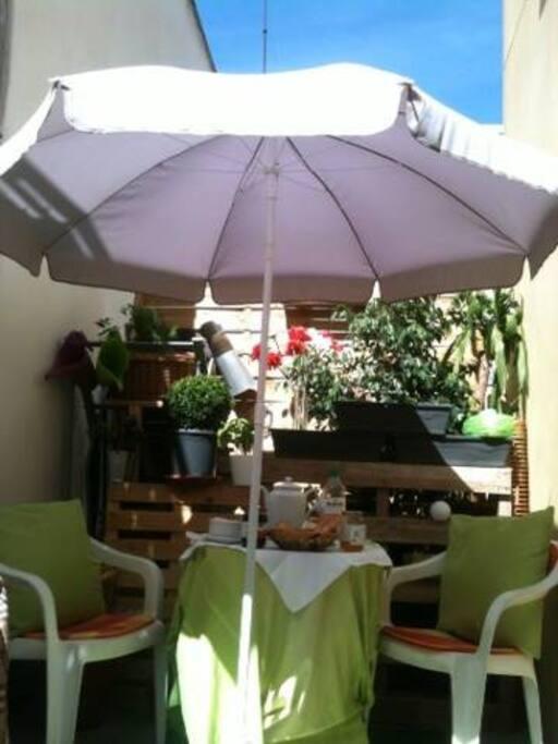 Terrasse au calme pour les repas ou tout simplement la détente....