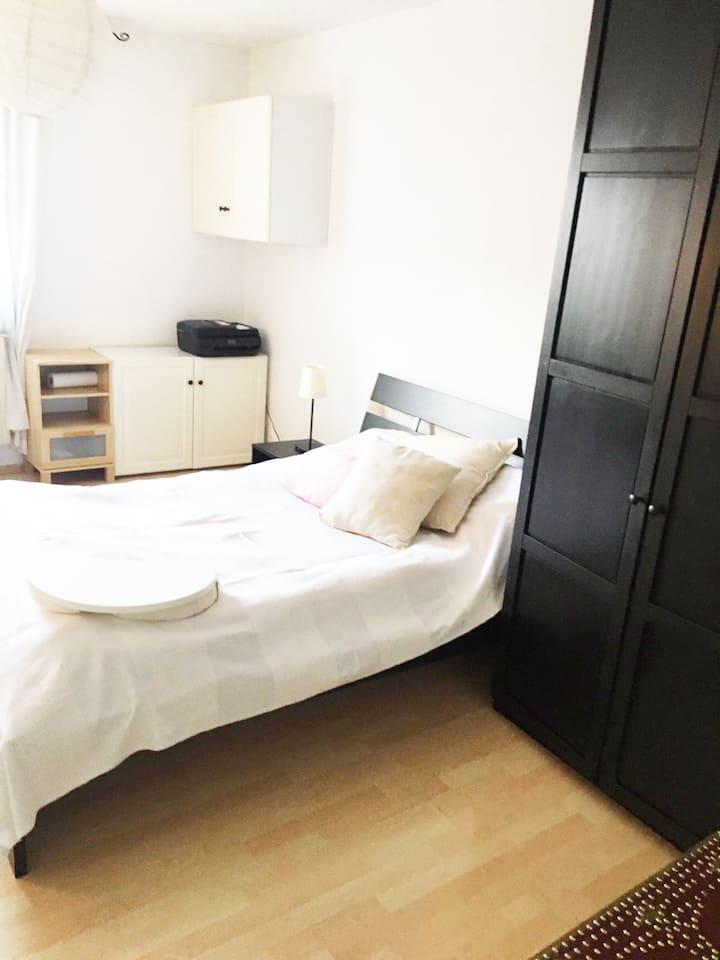 Freundliches gästezimmer in ruhigen zuhause