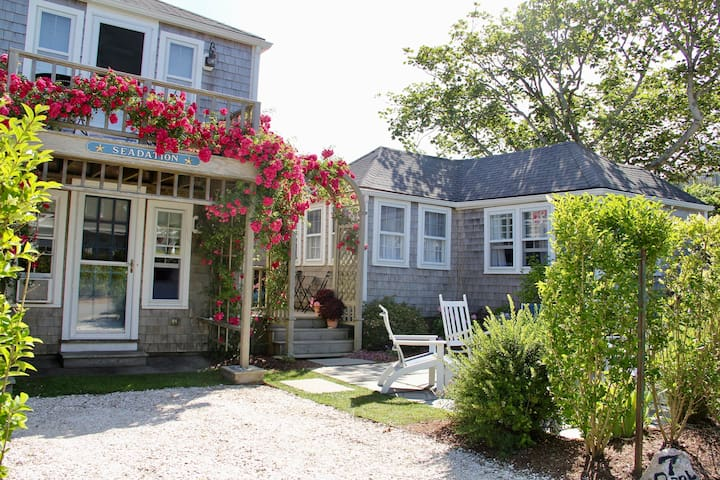Beautiful Sconset cottage steps from beach