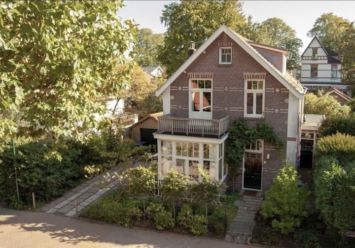 Charmante vrijstaande villa met riante tuin!