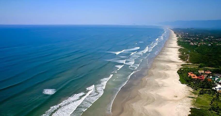 Praia limpa e vazia