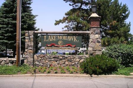 Lake Mohawk retreat, close to NY, beaches & skiing - Sparta Township - Talo
