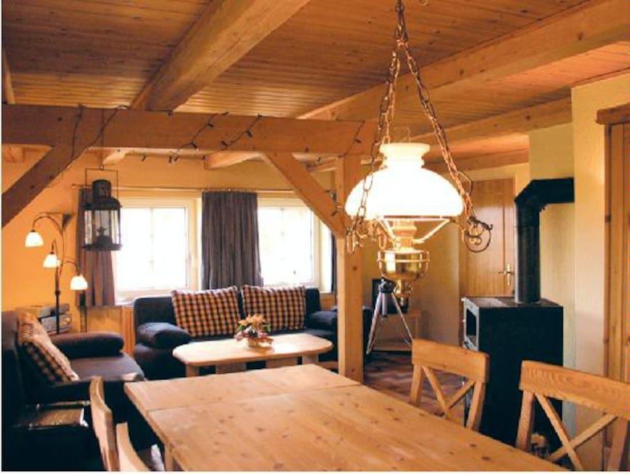 Wohnraum W1, Kaminofen, Tisch für 12 Personen, 2 Schlafsofas
