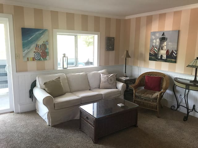 In-Town Rehoboth, Penthouse Condo. Walk to beach!