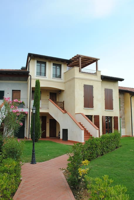 la nostra casa occupa il piano terra con due grandi giardini privati davanti e dietro e una veranda incantevole