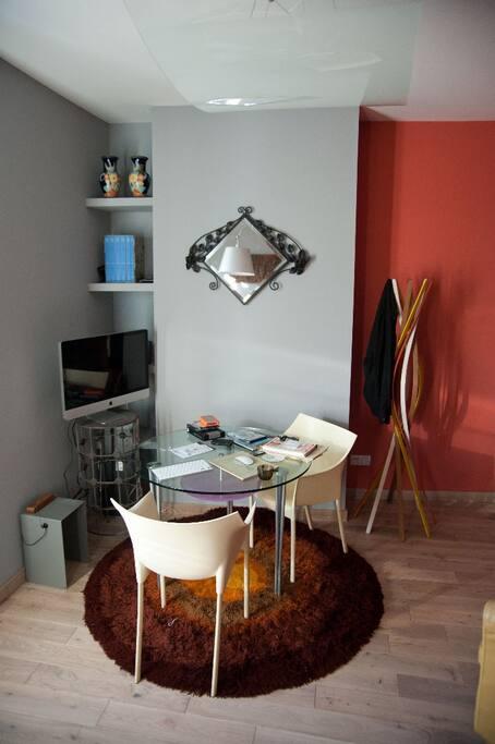 salon, chaises et lit supplémentaire