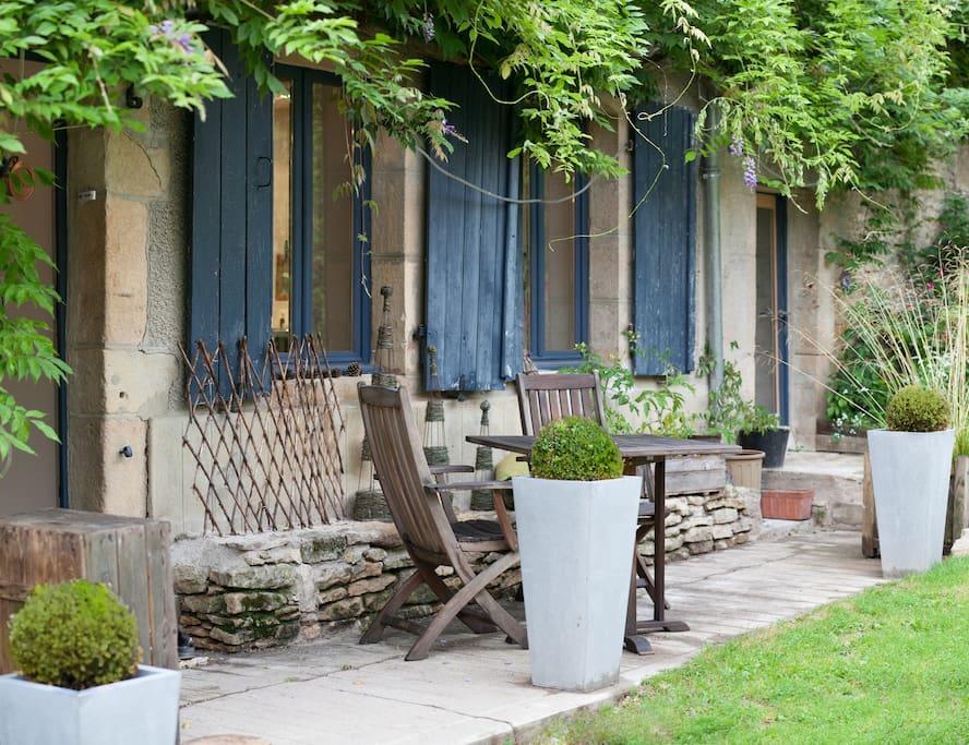 L'entrée devant la maison et la terrasse