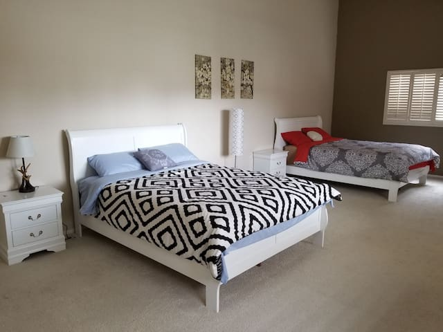 1 Private Br (650sqft) W/2 Brand New Queen Beds