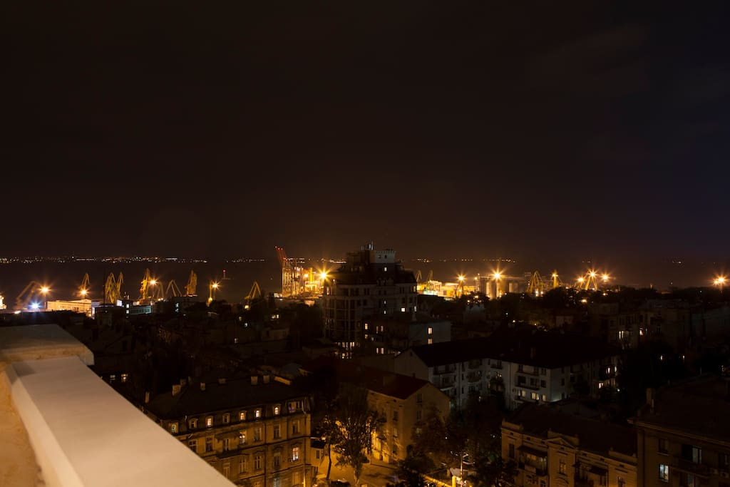 Панорамный вид ночью на порт и море
