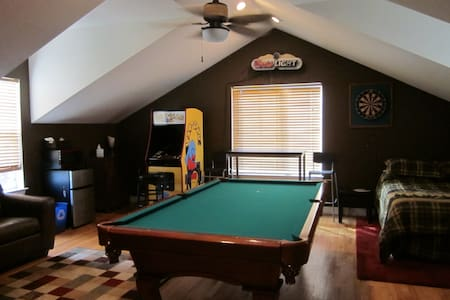 Room w/Private Entrance, Pool Table - Broomfield