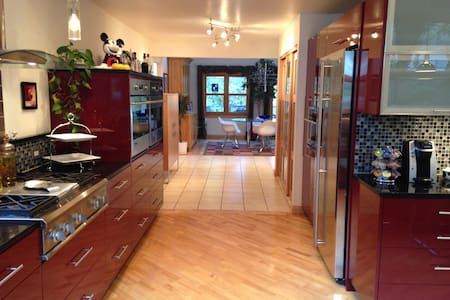 CONTEMPORARY CUSTOM HOME, WALK TO TOWN AND POOL! - Glenwood Springs - Casa
