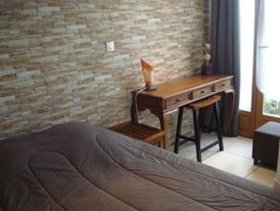 Une chambre tout confort avec penderie